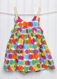 καλοκαίρι κοριτσιών φορεμάτων σκοινιών για άπλωμα μωρών Στοκ φωτογραφία με δικαίωμα ελεύθερης χρήσης