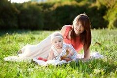 καλοκαίρι κορών mom Στοκ Εικόνες
