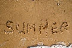 Καλοκαίρι λέξης που γράφεται στην παραλία άμμου Στοκ φωτογραφίες με δικαίωμα ελεύθερης χρήσης