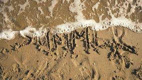 Καλοκαίρι ` λέξης ` στην άμμο που πλένεται από την άποψη κυμάτων απόθεμα βίντεο