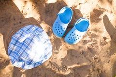 Καλοκαίρι μωρών beachwear, πτώσεις κτυπήματος, καπέλο στην παραλία άμμου στοκ εικόνες