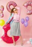 καλοκαίρι μόδας Νέα γυναίκα στα μοντέρνα ενδύματα Στοκ εικόνες με δικαίωμα ελεύθερης χρήσης