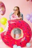 καλοκαίρι μόδας Νέα γυναίκα στα μοντέρνα ενδύματα Στοκ Φωτογραφίες