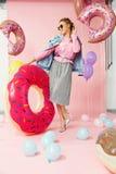 καλοκαίρι μόδας Νέα γυναίκα στα μοντέρνα ενδύματα Στοκ Φωτογραφία