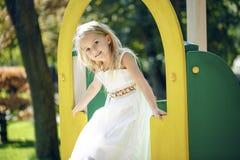 Καλοκαίρι, παιδική ηλικία, ελεύθερος χρόνος, χειρονομία και έννοια ανθρώπων - ευτυχές παιχνίδι μικρών κοριτσιών στην παιδική χαρά Στοκ φωτογραφία με δικαίωμα ελεύθερης χρήσης