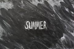 καλοκαίρι που γράφει σε έναν πίνακα Στοκ Φωτογραφίες