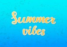 Καλοκαίρι vibes - χειρόγραφη εγγραφή βουρτσών στο μπλε κατασκευασμένο υπόβαθρο απεικόνιση αποθεμάτων