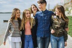 Καλοκαιρινές διακοπές και εφηβική έννοια - ομάδα χαμογελώντας εφήβων στοκ εικόνες με δικαίωμα ελεύθερης χρήσης
