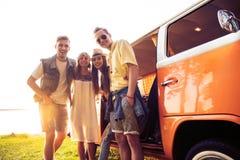 Καλοκαιρινές διακοπές, οδικό ταξίδι, διακοπές, ταξίδι και έννοια ανθρώπων - χαμογελώντας νέοι φίλοι χίπηδων που έχουν τη διασκέδα στοκ φωτογραφία