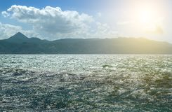 Καλοκαιρινές διακοπές στην Ελλάδα Όμορφη μπλε θάλασσα και Seascape Άποψη ονείρου των κυμάτων, των βράχων και της βαθιάς μπλε θάλα Στοκ φωτογραφία με δικαίωμα ελεύθερης χρήσης