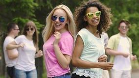 Καλοκαιρινό εκπαιδευτικό κάμπινγκ, καλύτεροι φίλοι που χορεύει και που γελά στο κόμμα, την ευτυχία και τη νεολαία φιλμ μικρού μήκους