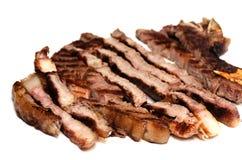 Καλοψημένη μπριζόλα βόειου κρέατος που τεμαχίζεται στοκ εικόνες