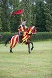 Καλπάζοντας άλογο και ιππότης κόκκινων σημαιών Στοκ φωτογραφία με δικαίωμα ελεύθερης χρήσης
