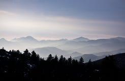 καλυμμένα βουνά υδρονέφωσης Στοκ Φωτογραφίες