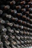 Καλυμμένα σκόνη μπουκάλια κρασιού που γερνούν σε μια υπόγεια οινοποιία στοκ εικόνες με δικαίωμα ελεύθερης χρήσης