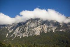 καλυμμένα σύννεφα βουνά δύ&s Στοκ Εικόνες