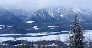 Καλυμμένα χιόνι βουνά κατά τη διάρκεια του χειμώνα 4k απόθεμα βίντεο