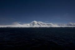 Καλυμμένα χιόνι βουνά στην Ανταρκτική. Στοκ εικόνες με δικαίωμα ελεύθερης χρήσης