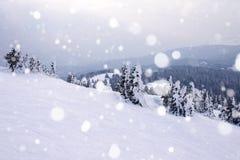 καλυμμένα hoarfrost δέντρα χιονιού βουνών βουνών σπιτιών Στοκ εικόνα με δικαίωμα ελεύθερης χρήσης
