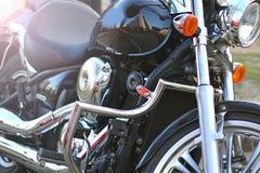 Καλυμμένες χρώμιο λεπτομέρειες μιας δροσερής μοτοσικλέτας closeup στοκ εικόνες