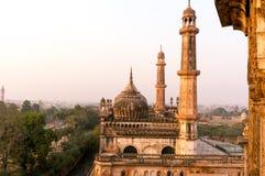 Καλυμμένοι δια θόλου στέγη και πύργοι του μουσουλμανικού τεμένους Asfi που πυροβολούνται στο ηλιοβασίλεμα στοκ εικόνες