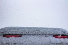 Καλυμμένος με τα σήματα στάσεων χιονιού ένα αθλητικό αυτοκίνητο στοκ εικόνα