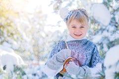 καλυμμένος χειμώνας ιστορίας χιονιού σπιτιών νεράιδων δασικός ξύλινος Το όμορφο μικρό κορίτσι περπατά σε ένα χιονώδες δάσος Στοκ Εικόνες