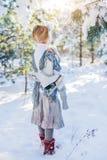 καλυμμένος χειμώνας ιστορίας χιονιού σπιτιών νεράιδων δασικός ξύλινος Το όμορφο μικρό κορίτσι περπατά σε ένα χιονώδες δάσος Στοκ Εικόνα