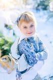 καλυμμένος χειμώνας ιστορίας χιονιού σπιτιών νεράιδων δασικός ξύλινος Το όμορφο μικρό κορίτσι περπατά σε ένα χιονώδες δάσος Στοκ φωτογραφία με δικαίωμα ελεύθερης χρήσης