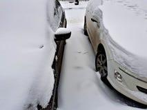 καλυμμένο αυτοκίνητα χιόνι Στοκ Εικόνες