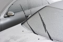 καλυμμένο αυτοκίνητα χιόνι Στοκ εικόνα με δικαίωμα ελεύθερης χρήσης