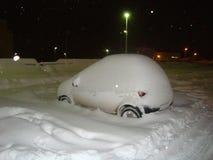 καλυμμένο αυτοκίνητο χιόνι Στοκ φωτογραφία με δικαίωμα ελεύθερης χρήσης