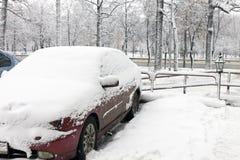 καλυμμένο αυτοκίνητο χιόνι Στοκ εικόνες με δικαίωμα ελεύθερης χρήσης