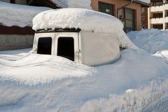 καλυμμένο αυτοκίνητο χιόνι Στοκ εικόνα με δικαίωμα ελεύθερης χρήσης