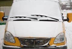 καλυμμένο αυτοκίνητο χιό& Στοκ Εικόνες