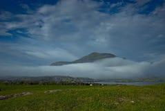 καλυμμένο βουνό οργής ομίχλης σύννεφων connemara Στοκ Εικόνα