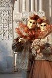 Καλυμμένο ζεύγος στη Βενετία καρναβάλι Στοκ Εικόνες