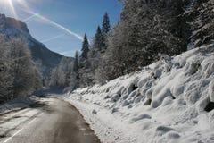 καλυμμένο οδικό χιόνι βουνών Στοκ Φωτογραφία