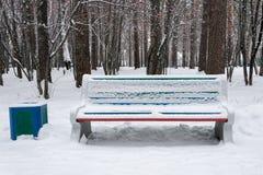 Καλυμμένο πάγκος χιόνι στο χειμερινό πάρκο Στοκ φωτογραφία με δικαίωμα ελεύθερης χρήσης
