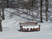 καλυμμένο πάγκος χιόνι Στοκ εικόνα με δικαίωμα ελεύθερης χρήσης