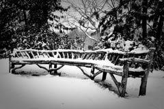 καλυμμένο πάγκος χιόνι Στοκ φωτογραφία με δικαίωμα ελεύθερης χρήσης