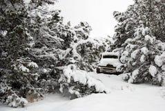 καλυμμένο παλαιό truck χιονι&omicr Στοκ εικόνα με δικαίωμα ελεύθερης χρήσης
