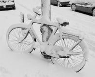 καλυμμένο ποδήλατο χιόνι Στοκ εικόνα με δικαίωμα ελεύθερης χρήσης