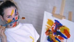 Καλυμμένο στο χρώμα το ευτυχές κορίτσι σύρει απόθεμα βίντεο