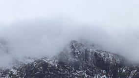 Καλυμμένο σύννεφο βουνό το χειμώνα απόθεμα βίντεο