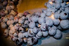 καλυμμένο Χριστούγεννα χιόνι σφαιρών Στοκ Εικόνες