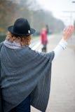Καλωσορίζοντας έναν φίλο με ένα κύμα γειά σου Στοκ εικόνα με δικαίωμα ελεύθερης χρήσης