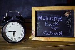 Καλωσορίστε πίσω στην έννοια σχολικών μηνυμάτων με το απόσπασμα που γράφεται στον πίνακα κιμωλίας στοκ εικόνα με δικαίωμα ελεύθερης χρήσης