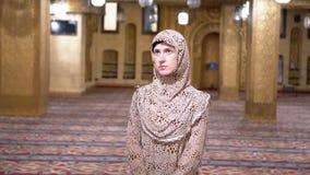 Καλόγρια στις στάσεις τηβέννων μέσα σε ένα ισλαμικό μουσουλμανικό τέμενος Αίγυπτος φιλμ μικρού μήκους