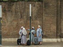 Καλόγριες που περιμένουν το λεωφορείο στη Ρώμη Στοκ Εικόνες